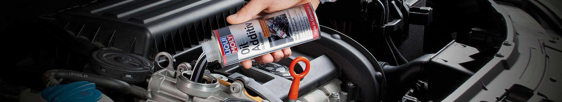 LIQUI MOLYの添加剤を車両のエンジンオイルのタンクに注入。