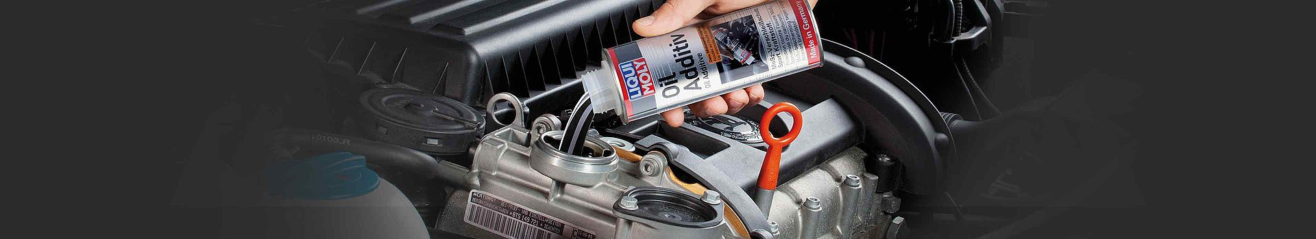 Visual zu LIQUI MOLY Addditiven: Einkippen des LIQUI MOLY Oil Additivs