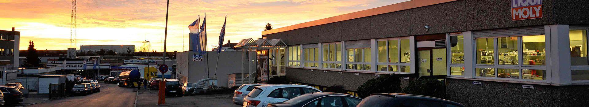 Visual zur Anfahrt an unseren Standort: LIQUI MOLY Standort Ulm in der Abendsonne.