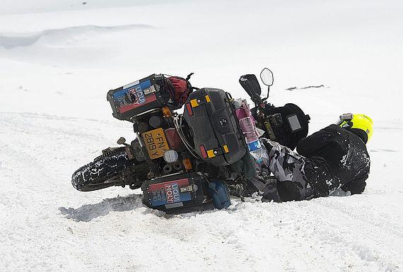 """Widrige Bedingungen: Hier fällt Rahim Resad zum siebten Mal vom Motorrad. So geschehen auf der höchsten """"befahrbaren Straße der Welt"""", dem Korakorum Highway in Pakistan"""