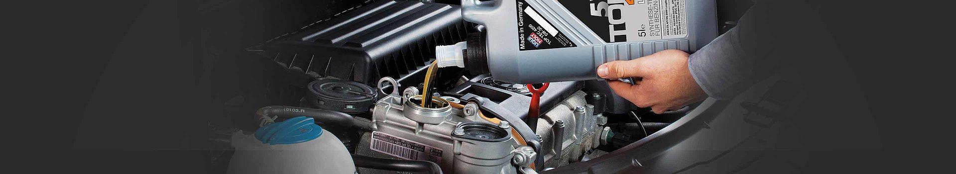 Visual zu unseren Motorölen, hier beim Einkippen eines TOP TEC Motoröls.