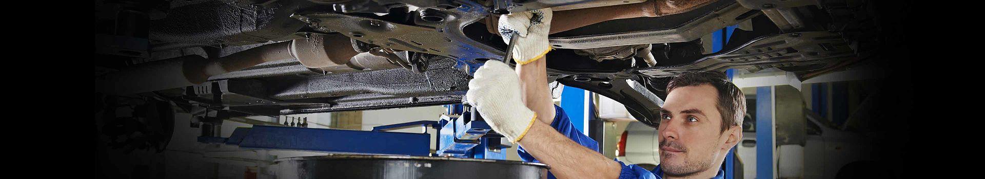 Ein Mechaniker arbeitet unter einem Fahrzeug: Hier geht es zu den LIQUI MOLY Reparatur Produkten.