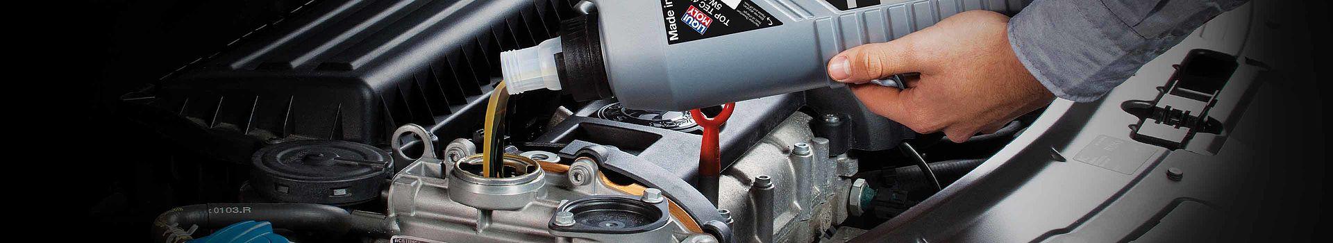 Einkippen des LIQUI MOLY Motoröls in den Motorölbehälter des Fahrzeuges.
