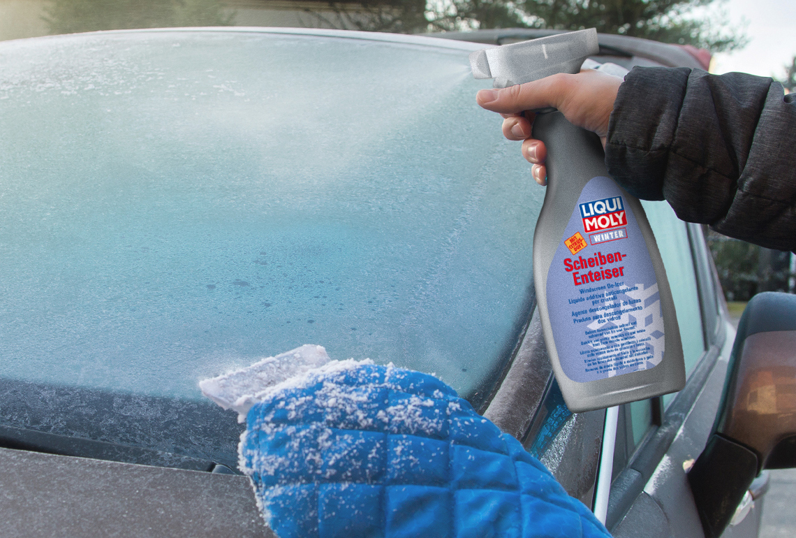 The LIQUI MOLY Windshield de-icer in action